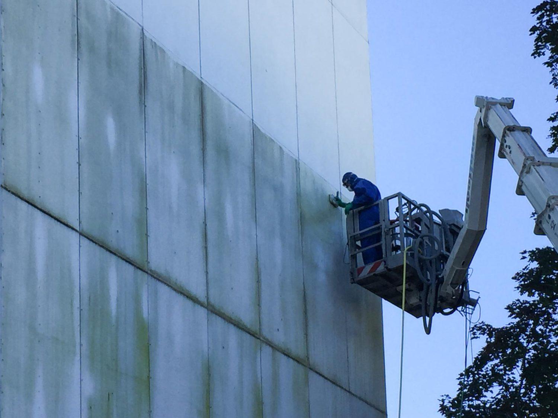 Reinigung einer asbesthaltigen Fassade