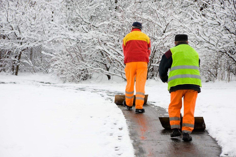 Mitarbeiter beim Schnee räumen